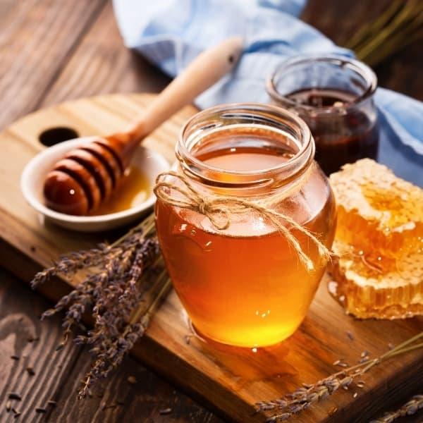 photo of jar of honey and honeycomb representing Serrano honey vinegar